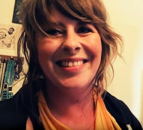 Tori Roze sings